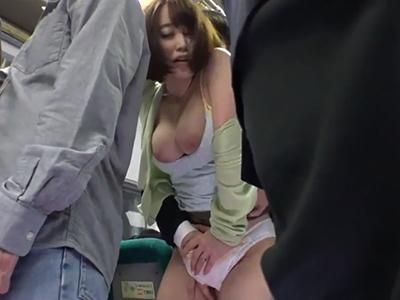 【人妻痴漢】満員バスで密着してくる巨乳人妻のオッパイ&尻!勃起チンポをスカートの奥に侵入させ…