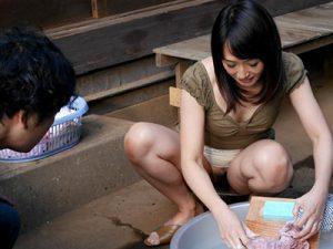 【安野由美】『ノーパン!??』隣の奥さんがノーパンマンコを見せつけながら若者チンポを誘惑する