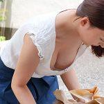 【松下紗栄子】朝のゴミ出しで見かける無防備な人妻!屈んだ瞬間に見えるボリューミーな谷間が男を狂わせる!